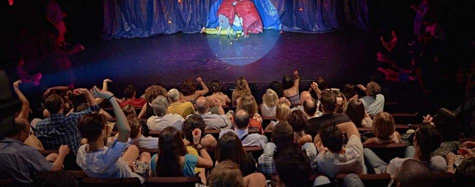 Veinti n a os lanzando tomates y actores sala mirador for Sala mirador